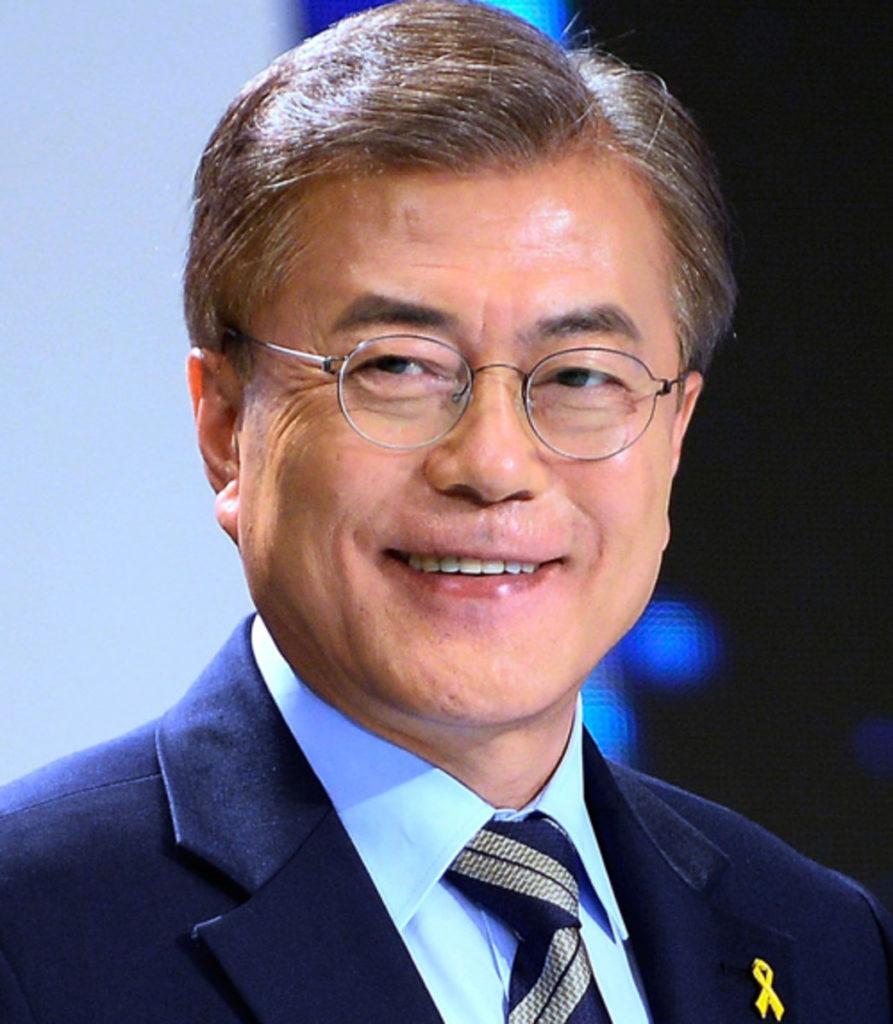 El presidente Moon Jae In felicita a las enfermeras y menciona a IU por su apoyo