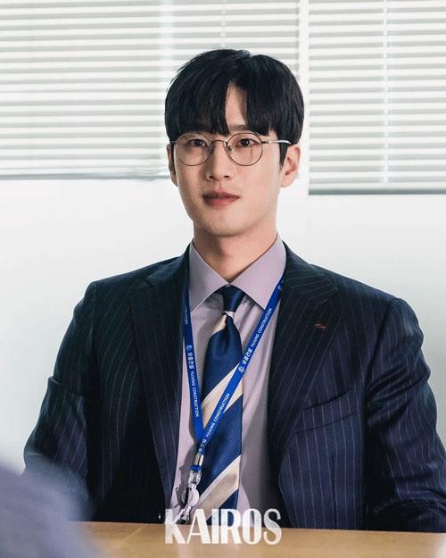 """Ahn Bo Hyun revela que su agencia le pide """"hablar menos en público"""""""