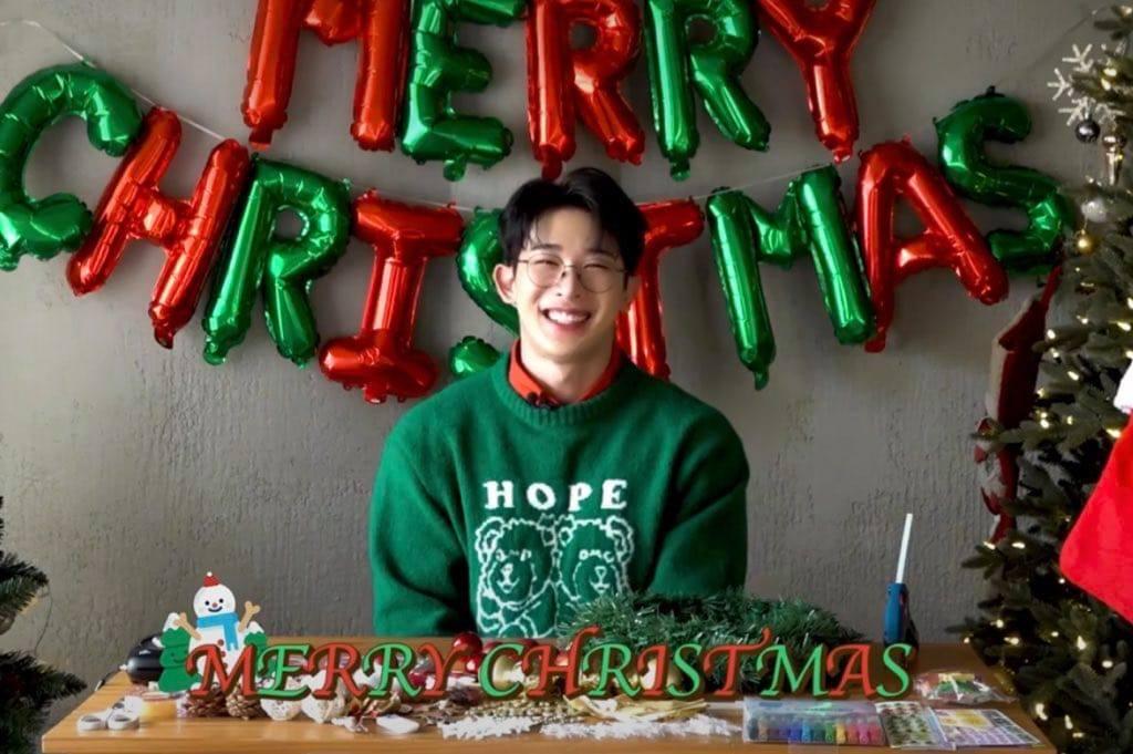 Wonho aparece como un regalo de Navidad