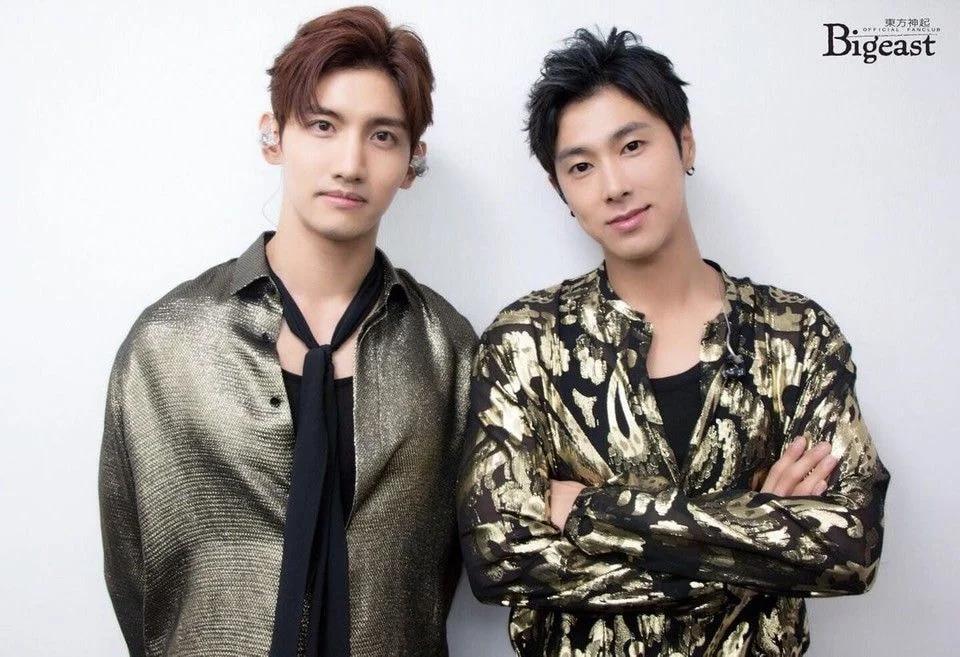 Los internautas se preguntan por qué los trajes de TVXQ se vuelven peculiares cuando promocionan en Japón