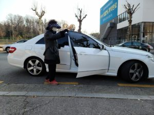 Netizens furiosos por un par de mujeres que llegó en un Mercedes Benz para llevarse comida gratis un comedor de beneficencia