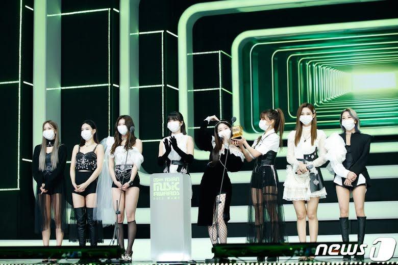 """Fans piden a JYP Entertainment el lanzamiento oficial de """"Cry For Me"""" de TWICE"""