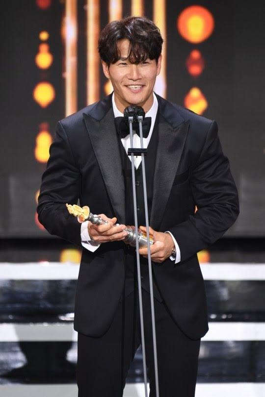Kim Jong Kook obtiene el Daesang de los SBS Entertainment Awards por primera vez