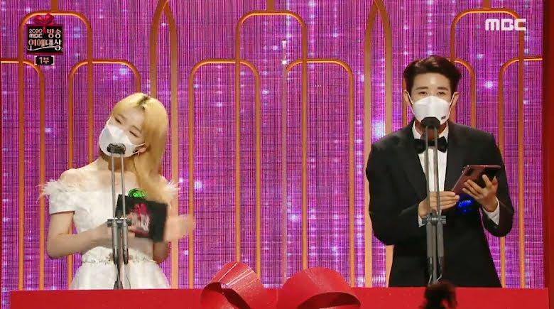 """Kwanghee realiza una """"corrección"""" en su guion durante una transmisión en vivo"""
