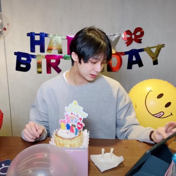 Hyungwon de MONSTA X celebra su cumpleaños en un live con Monbebe