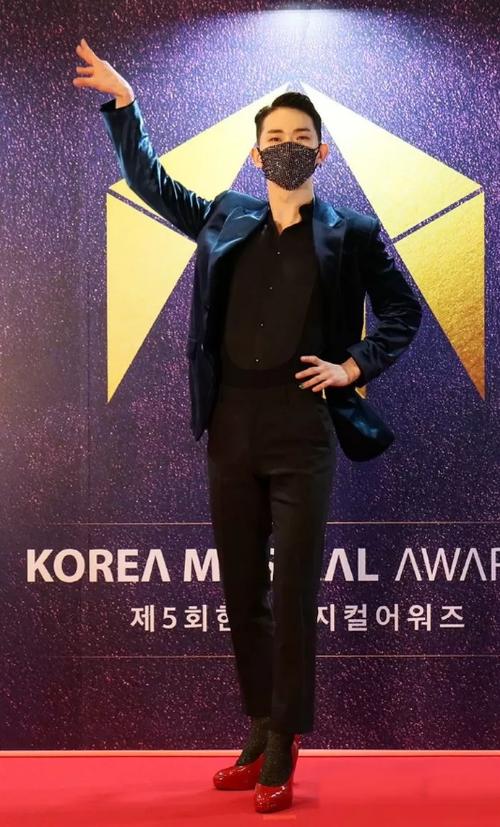 Jo Kwon rompe estereotipos al usar sus tacones rojos en los 'Korea Musical Awards'