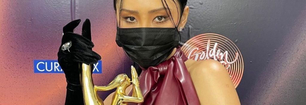 O Hwasa da MAMAMOO causa controvérsia sobre seu vestido no Golden Disc Awards