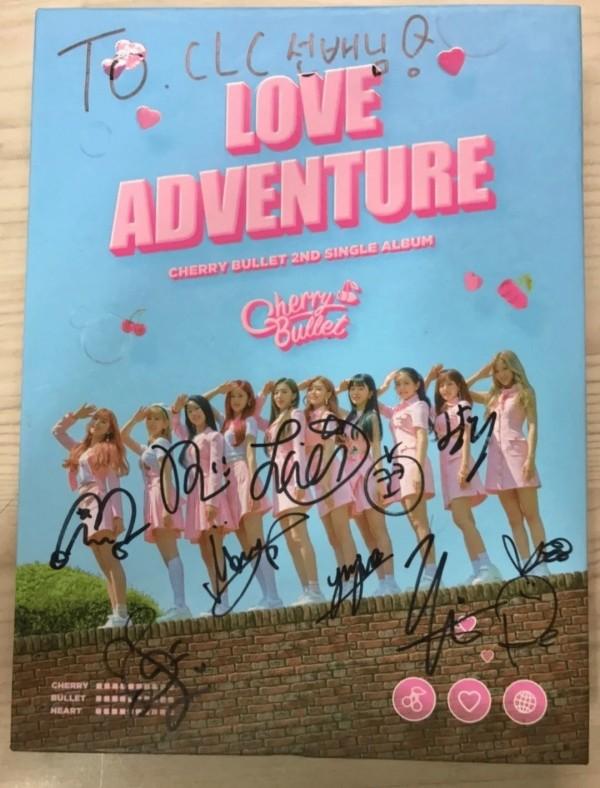 Álbumes de firmados de U-Know, Cherry Bullet y otros ídolos para CLC están siendo vendidos en Internet