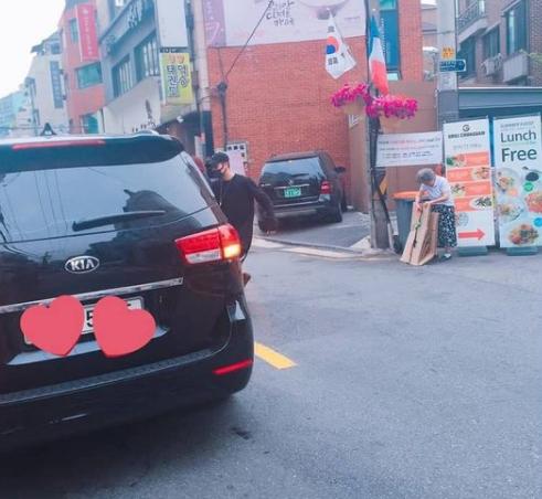 Jackson de Got7 se hace tendencia por ayudar a una anciana en la calle