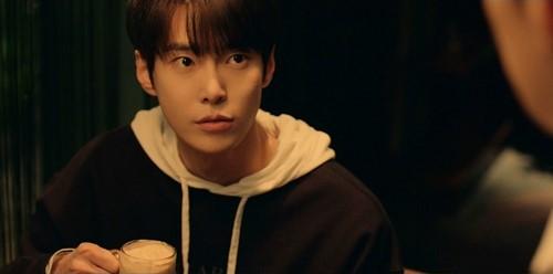 Doyoung de NCT se convierte en un estudiante de secundaria para 'Cafe Midnight Season 3'