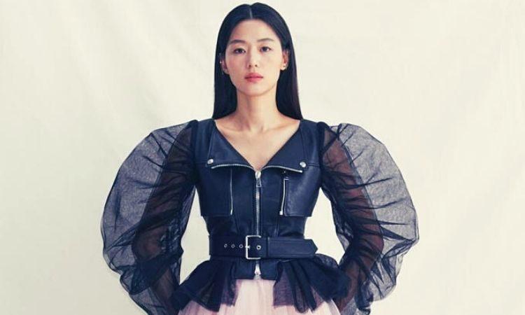 Actriz Jun Ji Hyun luce un atuendo de Alexander McQueen