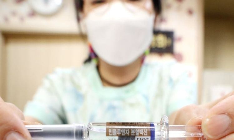300 trabajadores médicos reciben las primeras vacunas de Pfizer contra COVID-19 en Corea del Sur