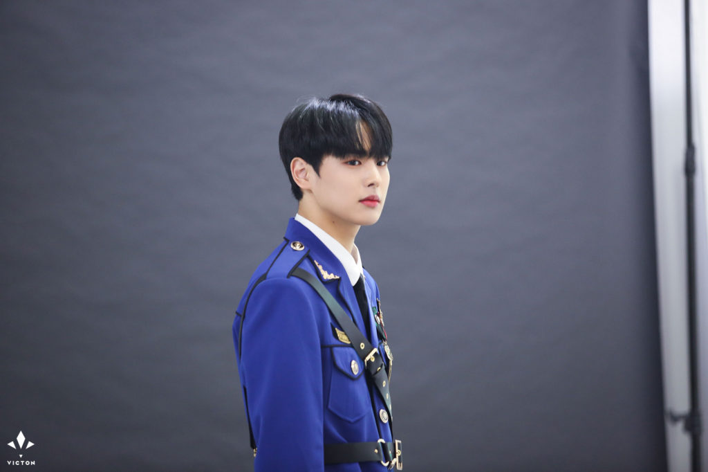ByungChan de VICTON es elegido como el idol que luce más guapo en uniforme