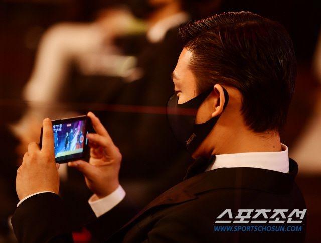 Actor Yoo Ah In muestra ser un fanático de MONSTA X en los Blue Dragon Film Awards