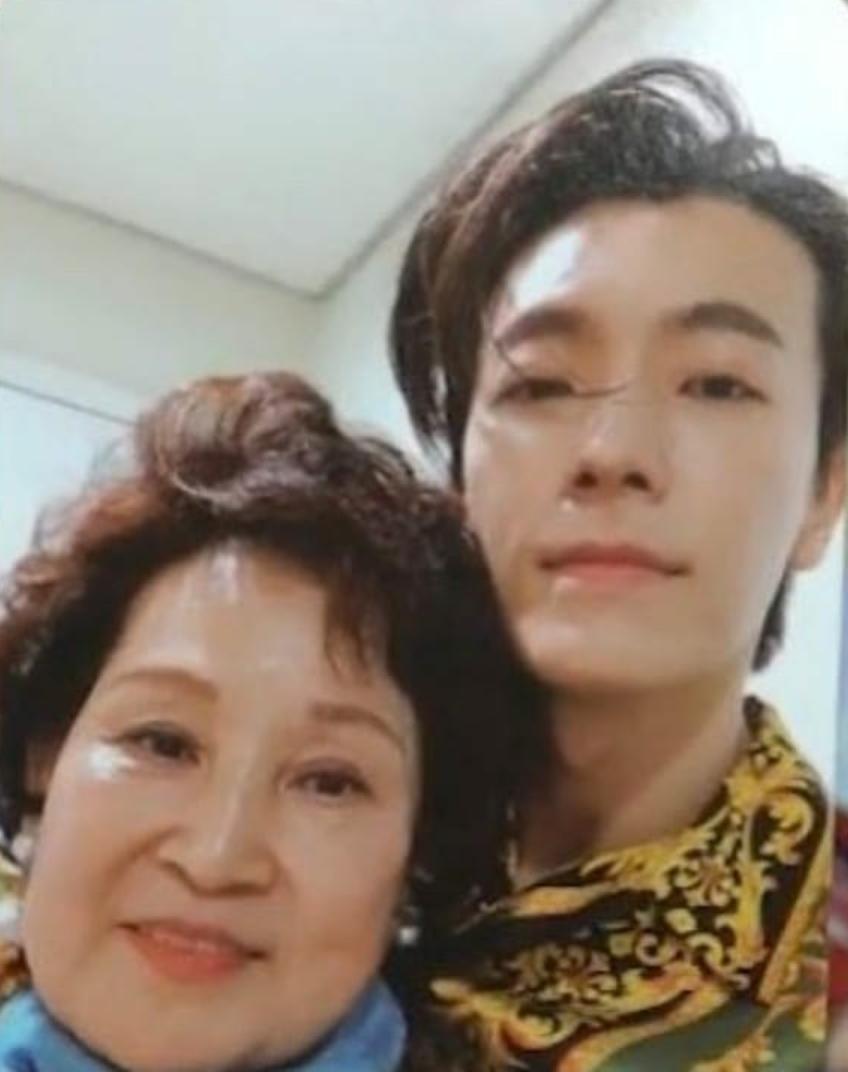 ELF recibe una photocard de su suegra gracias a Donghae de Super Junior