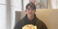 Wonho comparte una dulce carta con Wenee en su cumpleaños