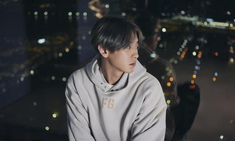 Chanyeol de EXO mira con nostalgia la ciudad en su foto concepto para Tomorrow