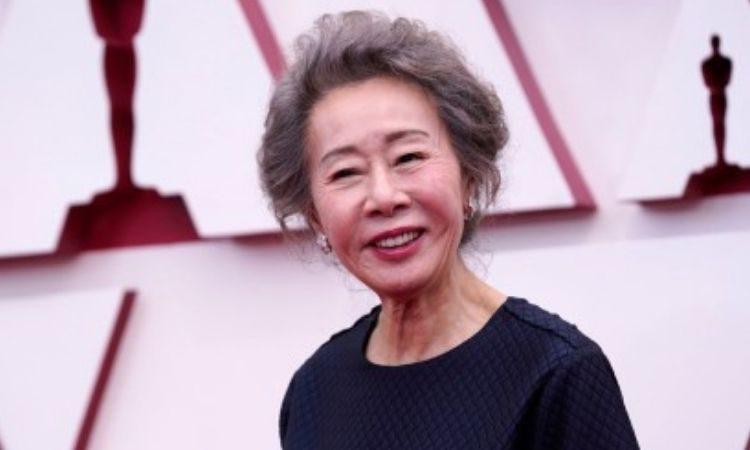 Actriz coreana Youn Yuh Jung en la alfombra roja de los Oscars 2021