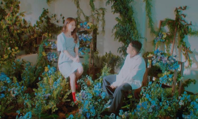 Bumkey y Moonbyul de MAMAMOO se encuentran entre flores para el teaser de 'The Lady'