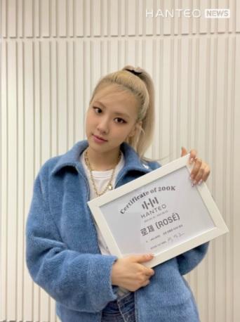 Rosé de BLACKPINK recibe certificado de Hanteo por ser la solista con más ventas