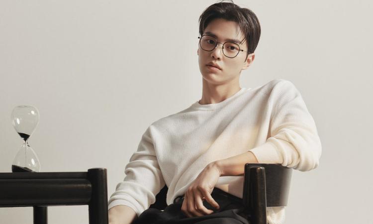 Song Kang luce guapo e intelectual como modelo de la marca de gafas 'Carin'