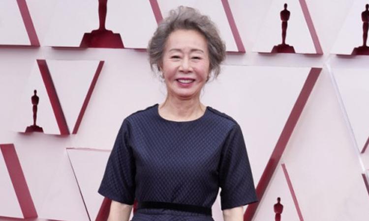 Yoon Yeo Jung y Han Ye Ri caminan por la alfombra roja de los Oscares 2021