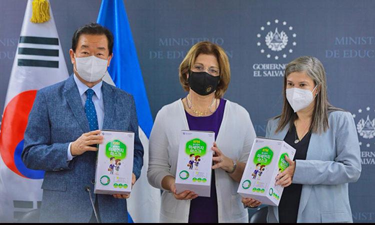 Embajada de Corea en El Salvador dona 100,000 mascarillas para docentes