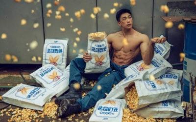 Cadena de cine bajo fuego por publicidad de palomitas de maíz con modelo sin camisa