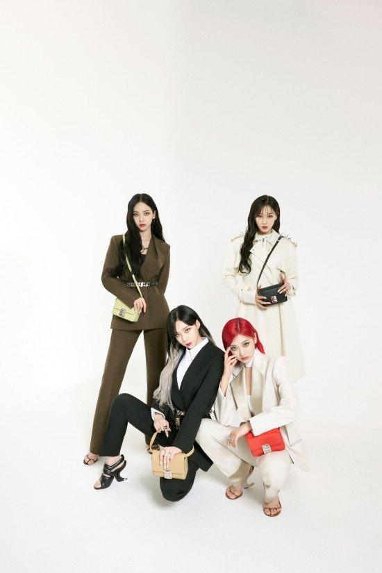 aespa posa para la nueva campaña de bolsos 4Gde Givenchy