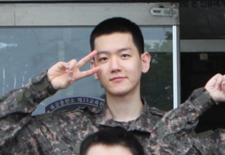 Se revelan las primeras fotos de Baekhyun de EXO en su servicio militar
