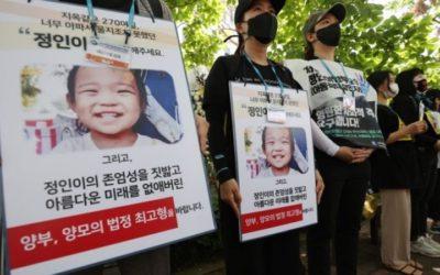 Ciudadanos que muestran su rechazo a los padres adoptivos de Jung In
