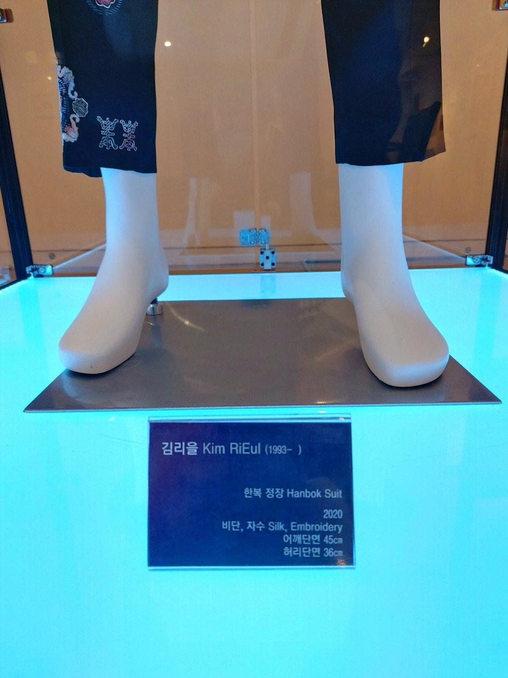 Jimin de BTS se hizo tendencia por su envidiable cintura