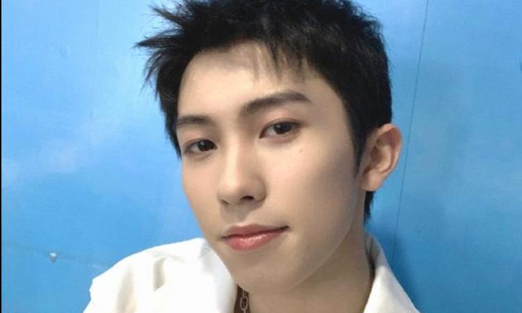 Lin Mo del grupo chino INTO1 se disculpa por reírse de la caída de un miembro del staff
