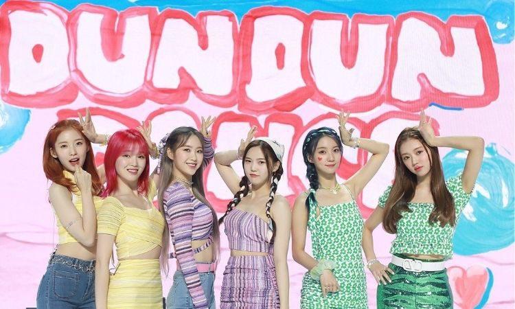 Oh My Girl en conferencia de prensa presentando Dun Dun Dance