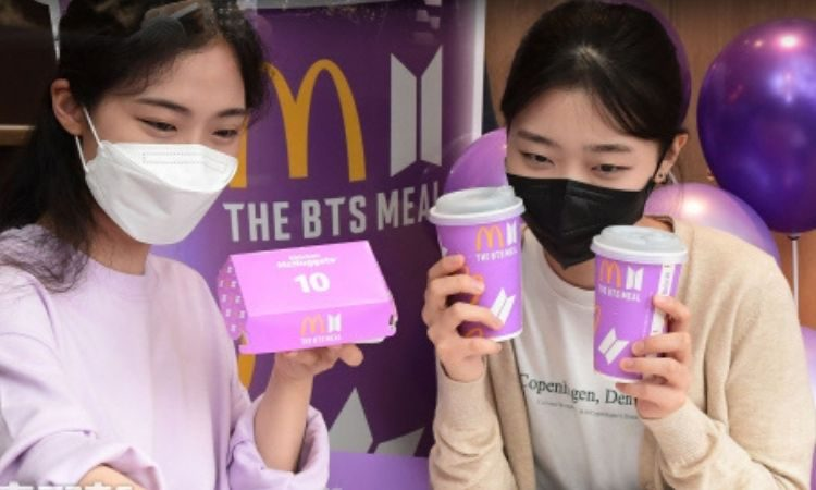 Fans con el BTS Meal en Corea
