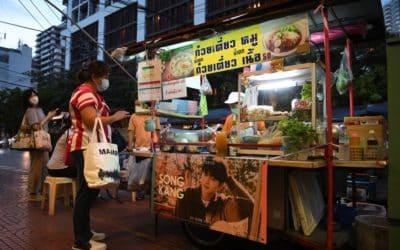 Publicidad de estrellas coreanas en puestos de comida