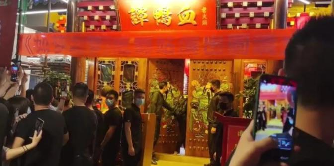 Xiao Zhan es acosado por una multitud de fans luego de que un restaurante filtrara su ubicación