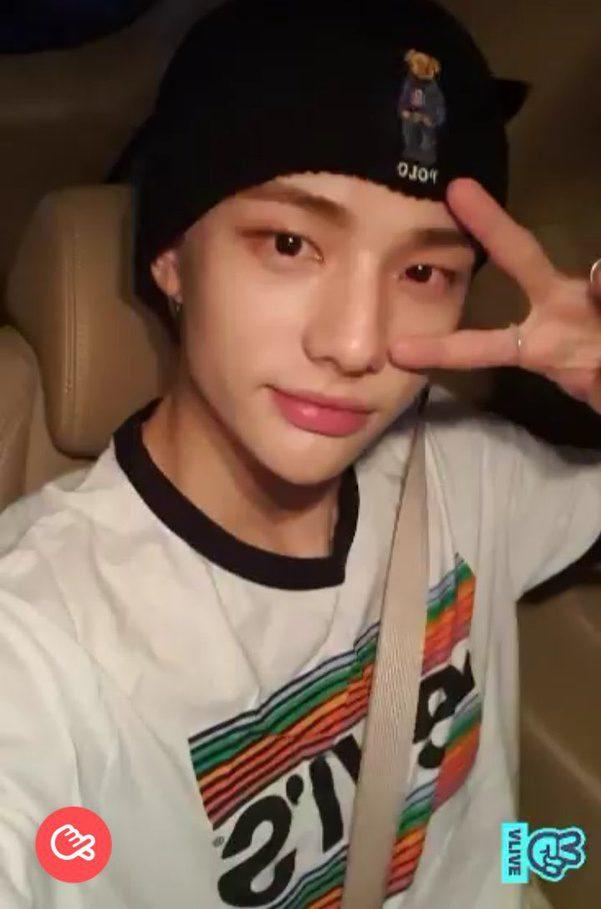 Hyunjin con el polo Pride de Levi's