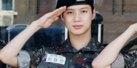 La imagen de Taemin de SHINee con uniforme militar se toma las redes sociales
