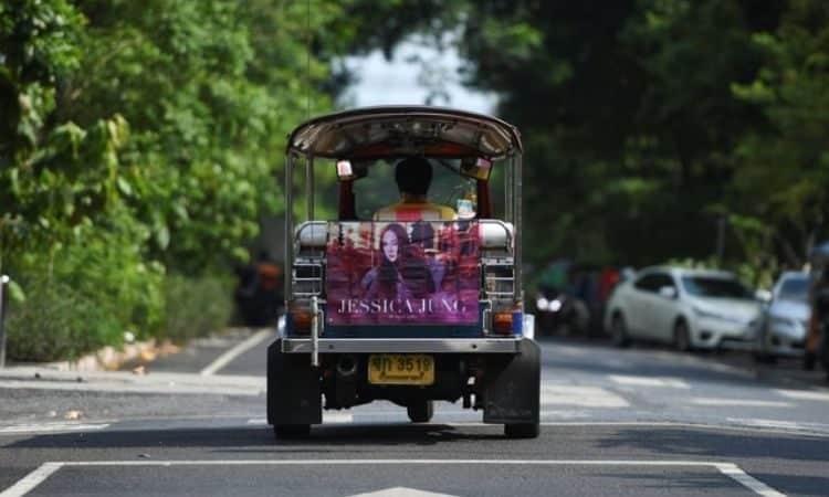 Taxista en Tailandia con anuncio del fan club de Jessica Jung