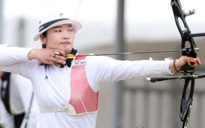 Atleta practicando tiro al arco